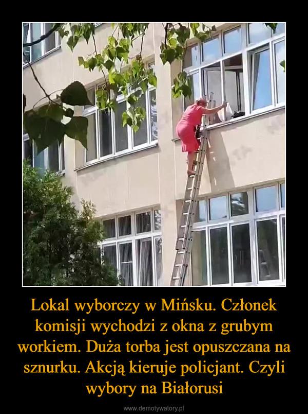 Lokal wyborczy w Mińsku. Członek komisji wychodzi z okna z grubym workiem. Duża torba jest opuszczana na sznurku. Akcją kieruje policjant. Czyli wybory na Białorusi –