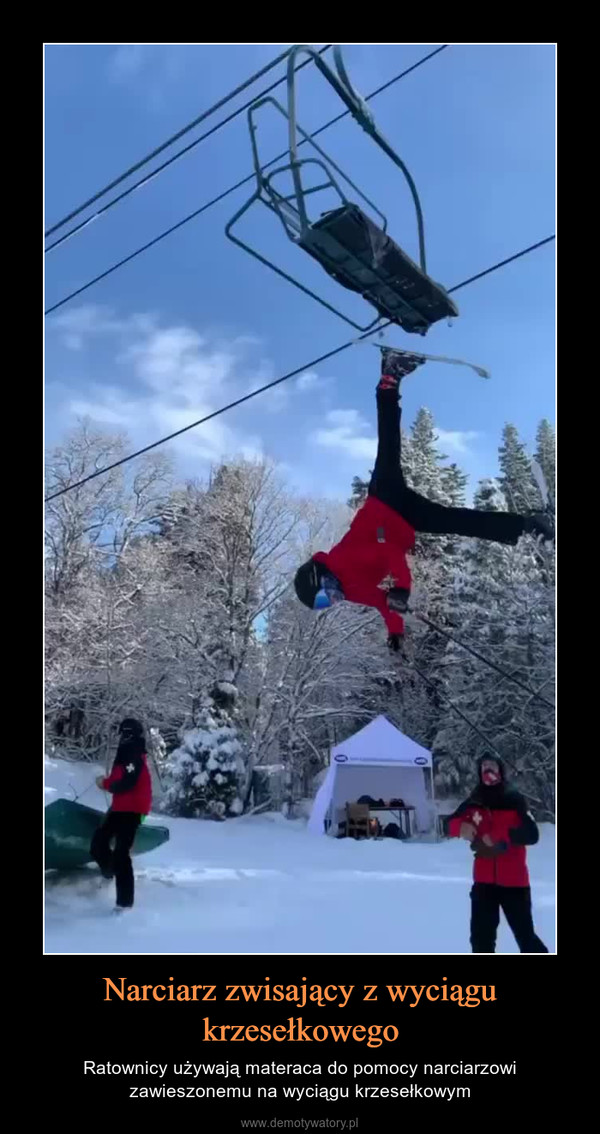 Narciarz zwisający z wyciągu krzesełkowego – Ratownicy używają materaca do pomocy narciarzowi zawieszonemu na wyciągu krzesełkowym