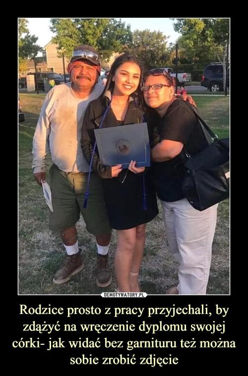 Rodzice prosto z pracy przyjechali, by zdążyć na wręczenie dyplomu swojej córki- jak widać bez garnituru też można sobie zrobić zdjęcie